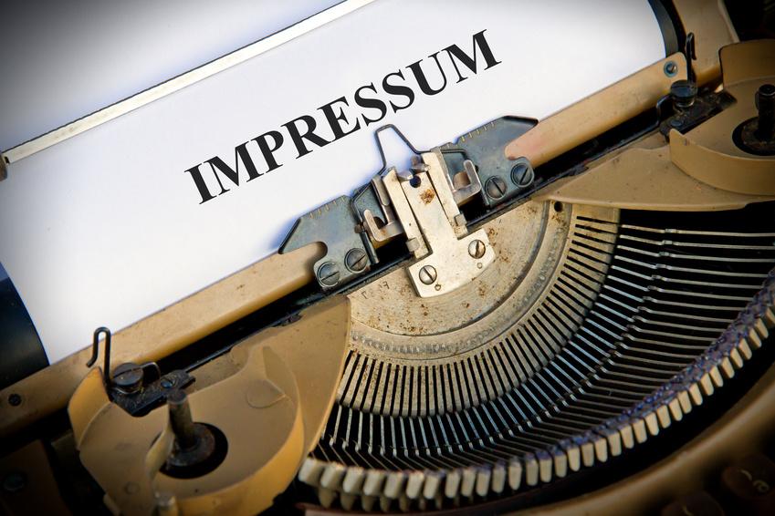 Alte Schreibmaschine mit Wort Impressum